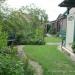 Garten Richtung Hochbeet und Vogeltränke und Tomatenüberdachung